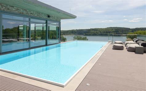 hoch hinaus dachterrassen pool mit panorama glasscheibe
