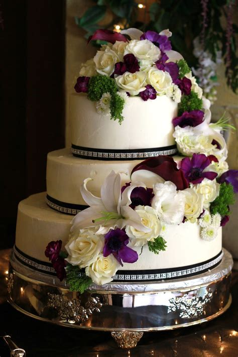 Exquisite Cookies: 3 Tier wedding cake with fresh flowers
