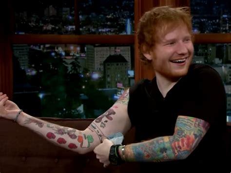 ed sheeran un nuovo tatuaggio disegnato da john mayer