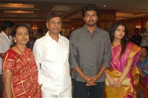 comedy actor vijay sai family photos cute vijay with family funtion tamil actors photos