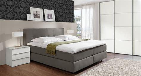 schlafzimmer komplett günstig mit boxspringbett wohnzimmer deko rot