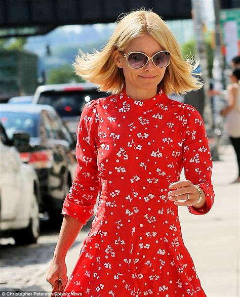 did kelly cut her hair kelly ripa breezes out of new york hair salon with a new