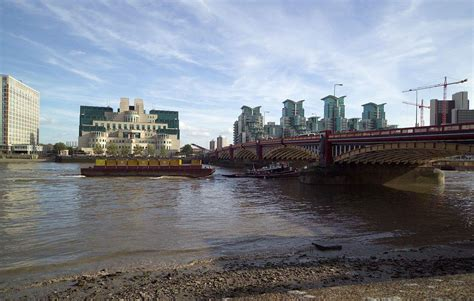 thames river bank body washes up on banks of river thames near vauxhall
