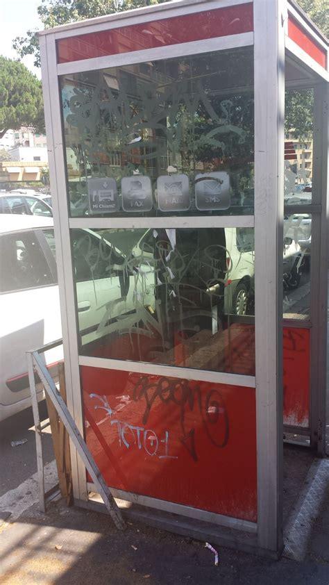 cabine telefoniche roma le inutili cabine telefoniche diventate gabinetti di