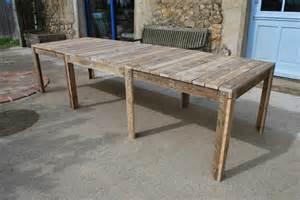 table de jardin en palette au bout du bois