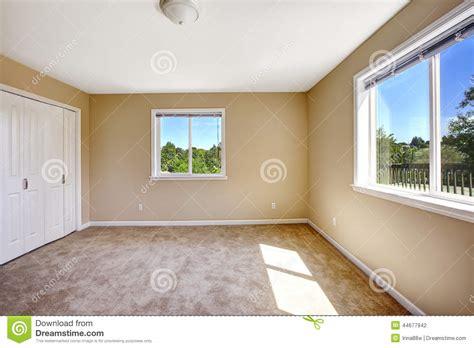 Floor To Ceiling Window casa vazia sala com o assoalho de tapete na cor bege macia