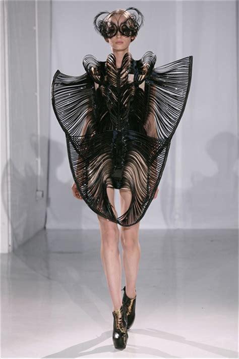 iris van herpen parigi haute couture fall winter  shows vogueit