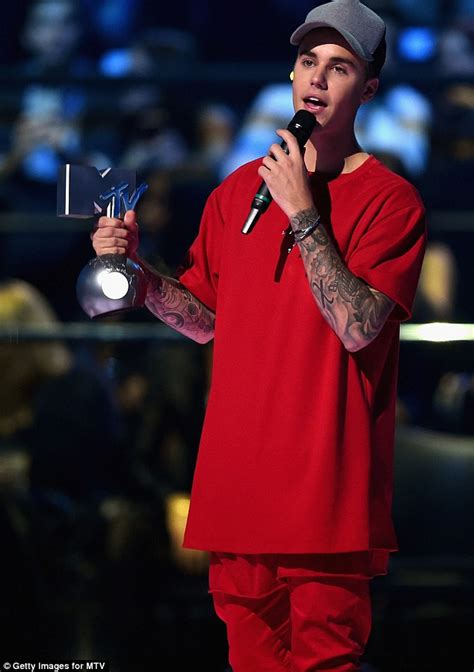 justin bieber twitter followers 2015 kevin rose 10 ways to justin bieber wins big at mtv emas takes home five prizes