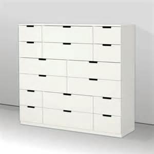 armoire de rangement dans une chambre