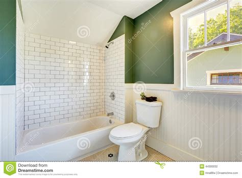 fliesen baseboard badezimmer bathroom interior with white and green wall trim stock