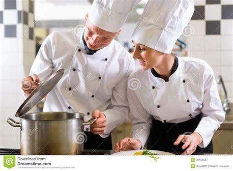 cuochi in cucina due cuochi unici in squadra nella cucina ristorante o