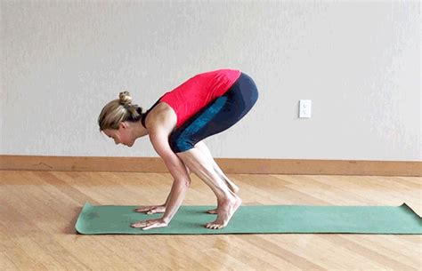 yoga crow tutorial crow pose made easy 3 steps to pull it off daily burn