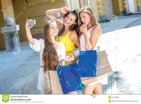 sculacciate sedere shopaholics do selfie on a cell phone holding