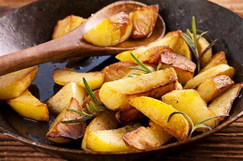 come cucinare patate in padella patate croccanti in padella ricetta unadonna