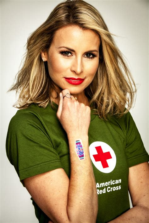 niki taylor news bytes supermodel niki taylor shows giving blood is