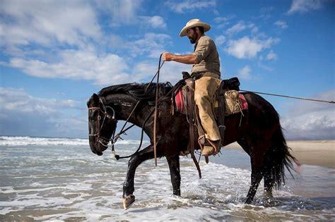 fotos de vaqueros a caballo free photo cowboy horse riding water ocean free
