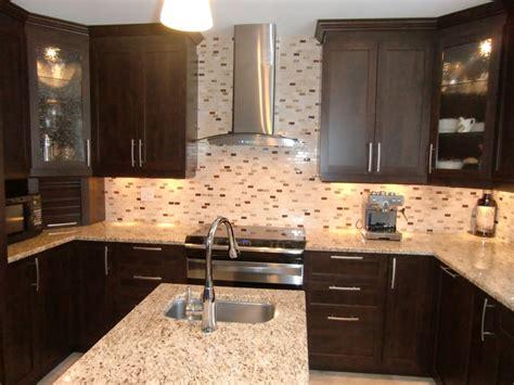 armoire de cuisine armoire de cuisine contemporaine avec comptoir en granit
