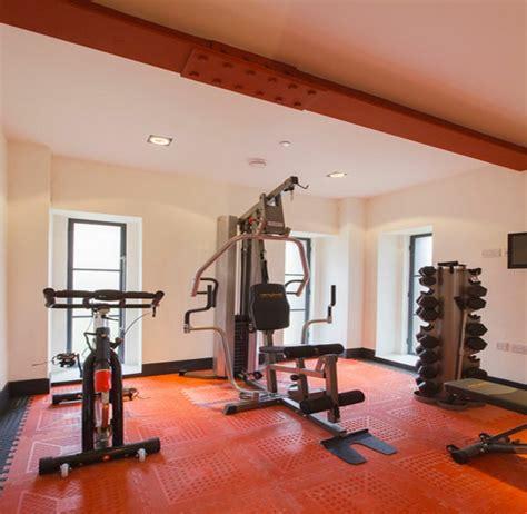 fitnessraum zu hause raumgestaltung mit farbe das rot l 228 dt den innenraum mit