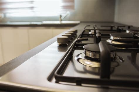 come pulire il piano cottura in acciaio come pulire il piano cottura in acciaio con un ingrediente