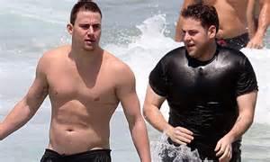 jack reynor y su novia channing tatum shows off his toned torso while jonah hill
