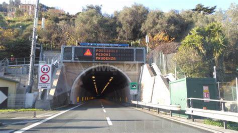 autostrada dei fiori ventimiglia pedoni su a10 chiusa per mezz ora l