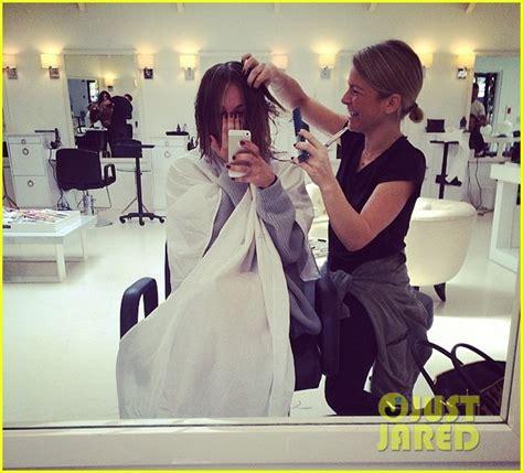 kaley cuoco chops her locks again debuts new pixie hair cut kaley cuoco cuts her hair short debuts blonder bob hairdo