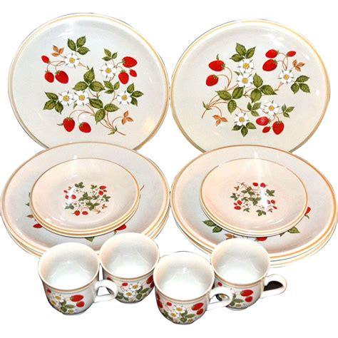 Set Strawberry sheffield strawberries n 16 pc dinnerware set from kitschandcouture on ruby