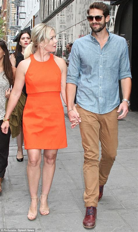 david abrams jennie garth emmy s style jennie garth hold hands as they visit good