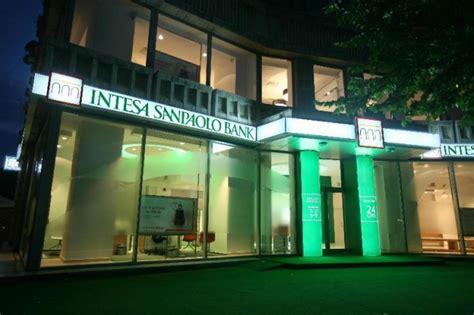 banche assumono intesa sanpaolo assume diplomati e laureati lavoro e