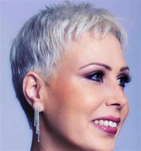 platinum pixie haircut for 42 year old 9 geslaagde kapsels voor vrouwen boven de 50 zolistig nl