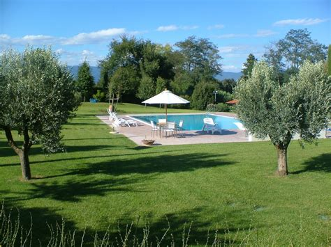 giardini con piscina giardino in casale a siena frullani luxury gardens