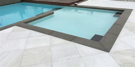 piastrelle bordo piscina piastrelle in legno per piscine design casa creativa e