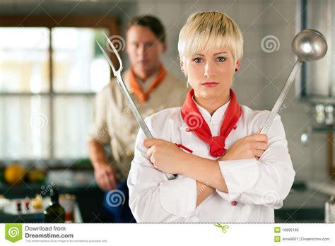 femme chef de cuisine chef femme dans la pose de cuisine de restaurant photo
