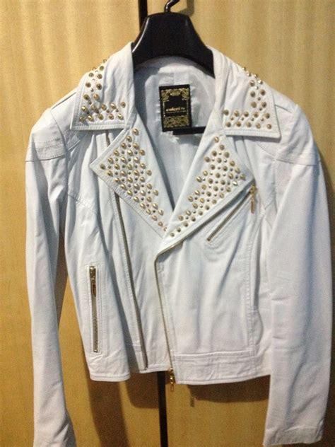 jaqueta couro branca spikes dourados perfecto colcci