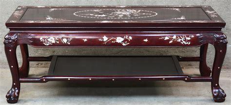 chinese houten salontafel een chinese salontafel van roodgelakt hout en versierd met