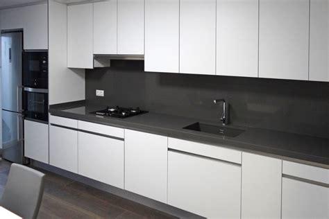imagenes encimeras negras cocina blanco mate mudeyba