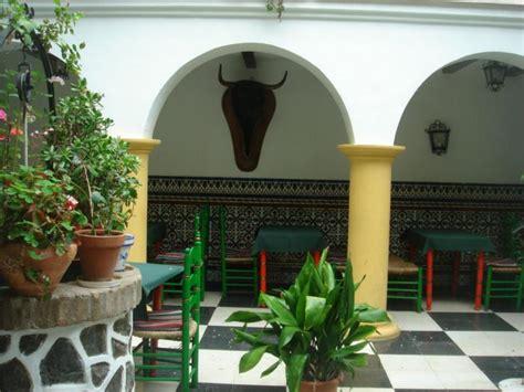 patios interiores andaluces decoracion andaluza motivos patrones y colores con
