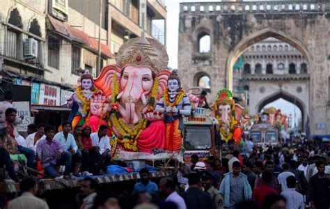 festival in india 2016 photo india s bustling mumbai slows for festival to honor
