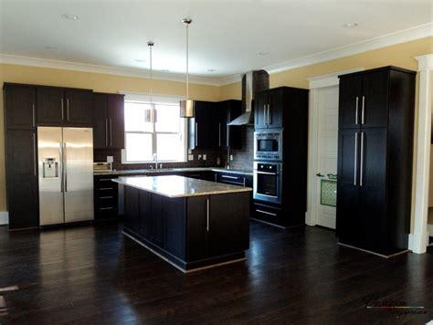 what color kitchen cabinets with dark wood floors темный пол и стены в интерьере сочетание черных оттенков