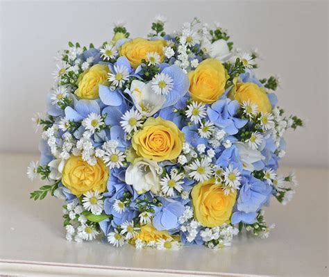 light blue and yellow wedding flowers to go with daisies in a navy light blue yellow