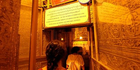 Tempat Relik mengintip potongan rambut buddha di botataung pagoda yangon kompas