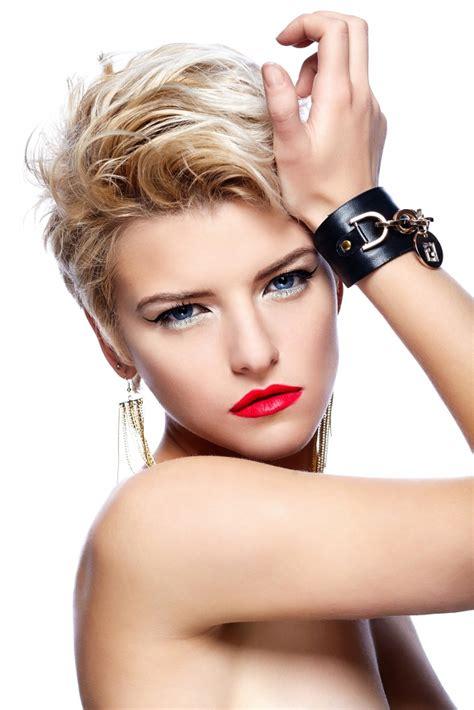 性感彩妆短发女生图片
