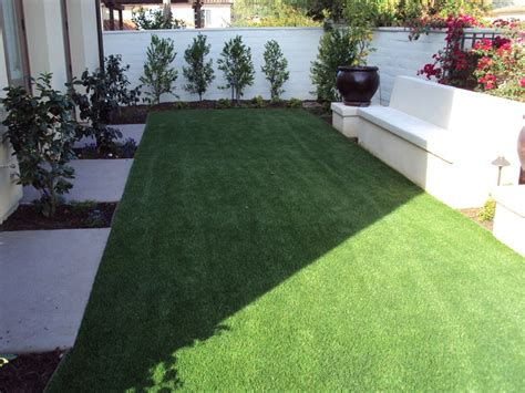 the design features in this backyard www easyturf