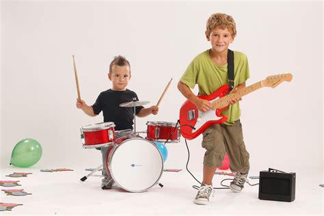 imagenes de niños tocando instrumentos musicales ni 241 os tocando instrumentos musicales imagui