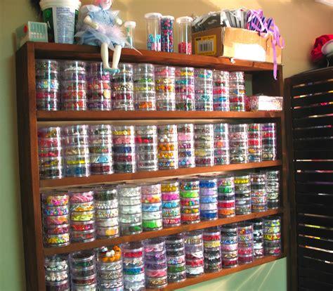 seed bead storage ideas カラフルな小物用の作り付け棚 住宅デザイン