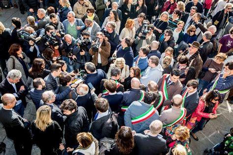 consolato francese firenze fiori e abbracci firenze per parigi contro il terrorismo