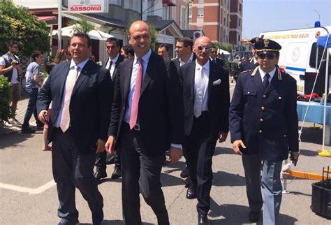 ministero interno polizia stradale fanoinforma il ministro alfano visita lo stand della