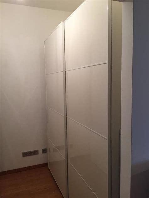 weißer kleiderschrank schiebetüren inspiration ikea wohnzimmer schwarz grau