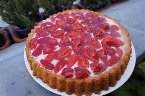 einfacher kuchen einfacher kuchen mit erdbeeren auf einer stracciatella