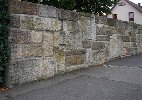 Natursteinmauer Als Sichtschutz natursteinmauer als sichtschutz und l 228 rmschutz direkt am
